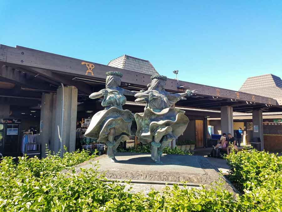 outdoor waiting areas at Kona International Airport to major destinations on island