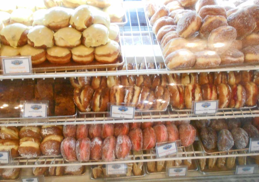 What to try at the Punalu'u bake shop?